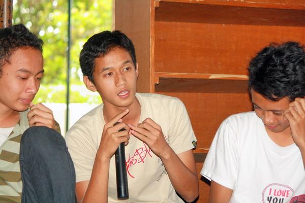 Aksen jawa yang khas gado-gado dengan bahasa Indonesia. Telenta untuk ditertawakan menjadikannya point of interest.