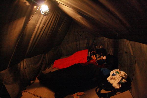 Hangatnya tenda menghantar mimpi indah dari dunia nyata.