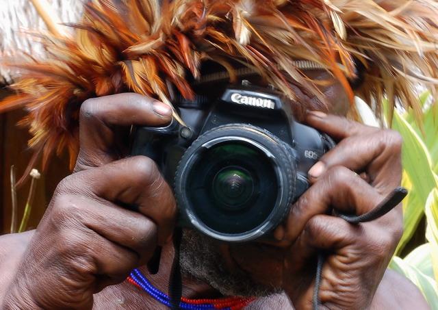 Saya memberikan kamera saya agar dia memotret saya. Impas bukan jika harus membayar saat memotret. Gaya bercanda inilah yang saya pakai untuk berkomunikasi dengan penduduk setempat. Akhirnya saya mendapat jalan tol untuk memotret, namun etika harus tetap di jaga (dok.pri)