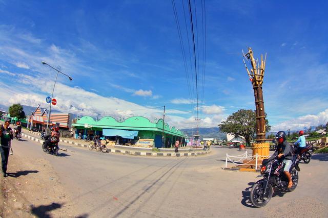 Walaupun belum pernah menginjakan kaki di negeri tetangga, namun kaki saya sudah sampai di Wamena. Suasana pusat kota Wamena, tak seperti perkiraan saya. Di sana pendatang sudah malang melintang untuk berdagang dan menempati kantor-kantor (dok.pri).