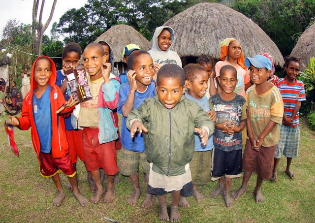 "Musisi Edo Kondologit mendendangkan ""hitam kulit, keriting rambut.. aku Papua...."". Potret anak-anak Lembah Baliem di Desa Kilise (dok.pri)"