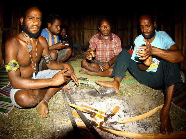 di Pedalaman Papua, api adalah benda yang vital. Di salah satu lengan pemuda ini terselip pamatik api modern yang selalu dibawa kemana saja pergi (dok.pri).