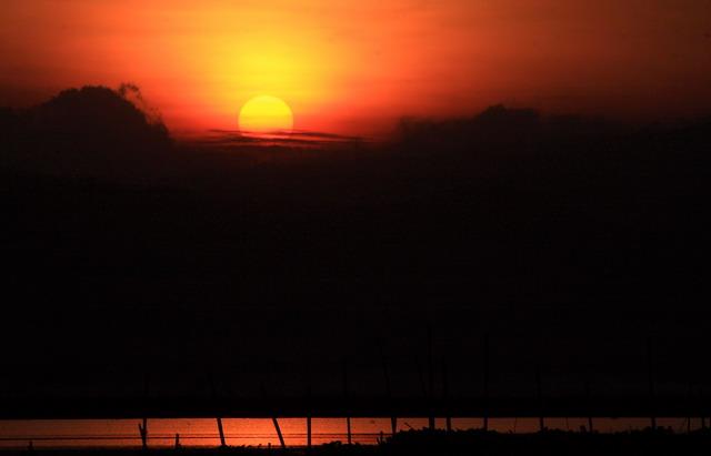 Menjelang senja, keindahan refleksi di Rawa Pening mulai terasa (dok.pri)