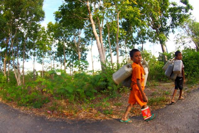 Potret anak-anak di Nusa Tenggar Timur yang setiap hari harus bergelut dengan jerigen-jerigen. Susahnya mendapat air membuat mereka harus berjuang menuju sumber air dan mengangkutnya. (dok.pri)
