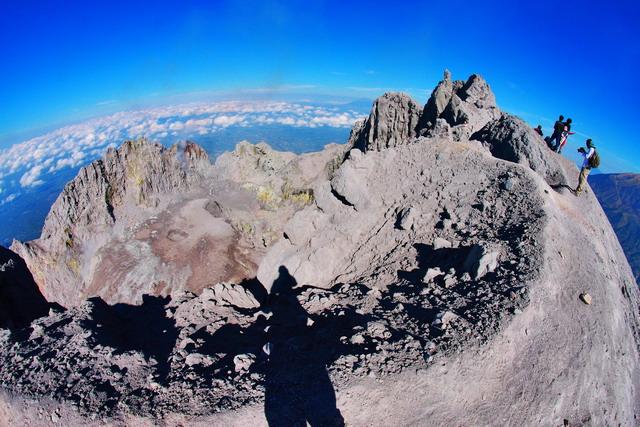 Berdiri di tepi kawah Gunung Merapi menjadi sebuah obsesi, terlebih berdiri di puncak tertingginya. 10 tahun terakhir merapi sudah berubah (dok.pri).