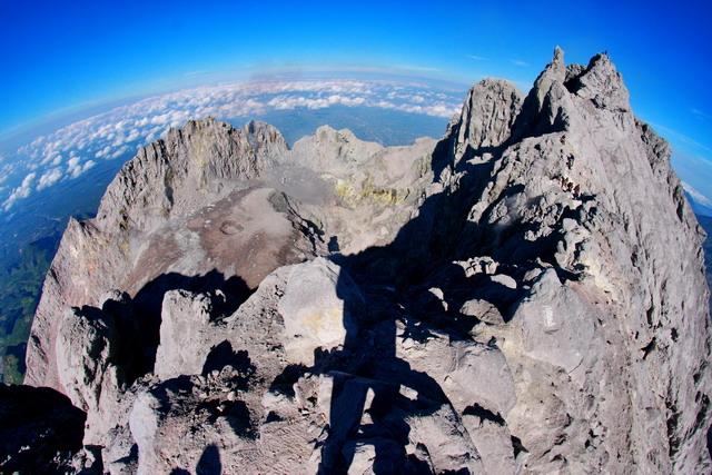Bentuk kubah dan kawah Gunung Merapi 2933mdpl usai erupsi tahun 2010. Menjadi obsesi siapa saja untuk datang ke sini. Tidak sedikit yang celaka dan hilang saat ingin merengkuh puncaknya atau saat perjalanan pulang. Sebuah tantangan sekaligus ancaman.(dok.pri)