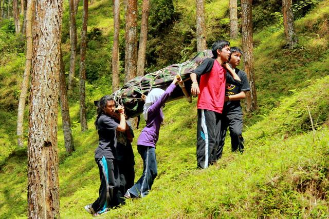 melatih kerja sama, kebersaman, tanggung jawab, dan kekuatan.
