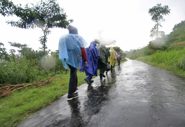 Long march etape 3 menuju chek point 6, dalam kondisi hujan harus tetap jalan.