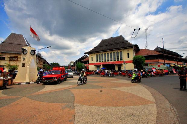 Tugu dan gerbang pasar gede, yang menjadi ikon pusat perdagangan di kota Surakarta (dok.pri).