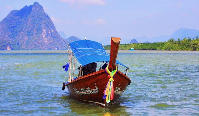 Perahu dengan ikatan kain warna-warni di ujung lunas menjadi penciri khas alat tranportasi negeri gajah putih (dok.pri).