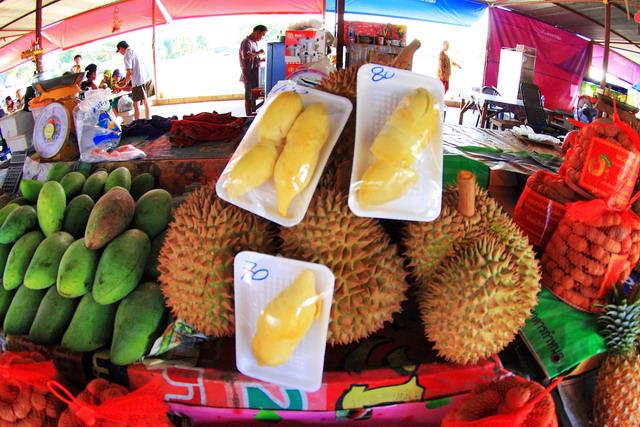 """Di pasar buah Phuket, mungkin yang dijajakan adalah """"bangkok"""" semua (dok.pri)."""