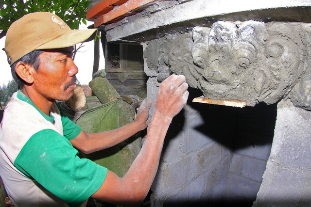 Seorang tukang sedang membuat ornamen tempat ibadah umat Hindu di Argosari, Lumajang (dok.pri).