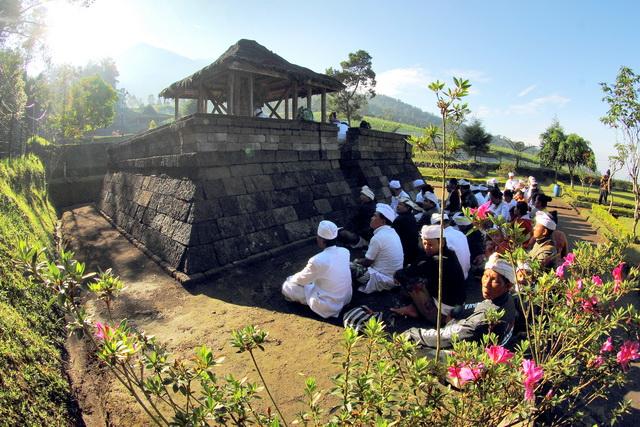 Umat Hindu sembahyang di salah satu pelataran candi Ceto, karanganyar (dok.pri).