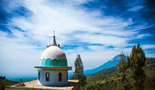 Masjid tertinggi di Pulau Jawa diketingian lebih dari 2200mdl, tepat di dekatnya berdiri sebuah pura (dok.pri).
