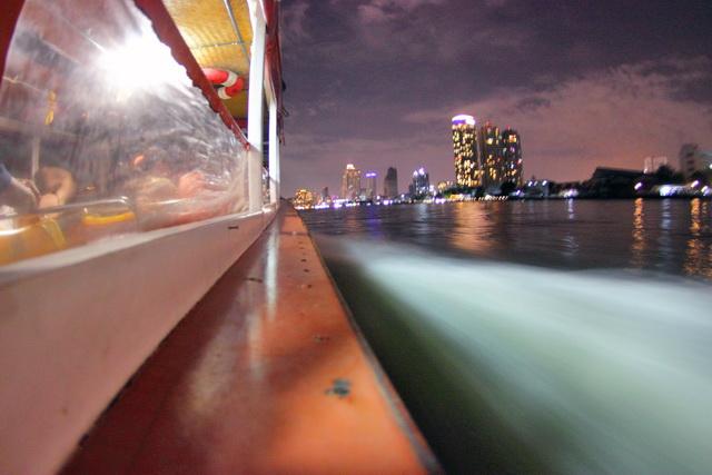 Perahu melaju di sungai  Chao Phraya sambil menikmati malam di kota bangkok (dok.pri).