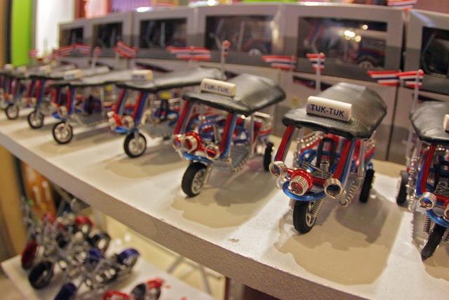 Miniatur tuk-tuk yang banyak dijajakan di asiatuque dan banyak diminati para pembeli (dok.pri).