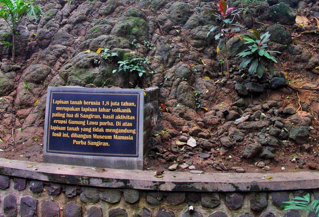 Sebuah spot kadang dilewatkan saat memasuki klaster Krikilan, Ada sebuah informasi bawah tanah yang di injak saat ini berusia 1,8 juta tahun (dok.pri).