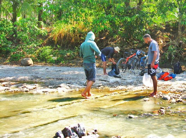 Setiap ada pertemuan aliran sungai kami mengambil sampel air dan mencatat biota yang ada (dok.pri).